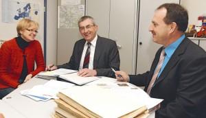 Die Vorsitzender Franz Stephan, mitte und Josef Häckl, rechts mit Büroleiterin Christa Bögeholz