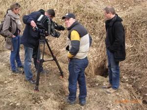 Ein Fersehteam informiert sich über Dolinen