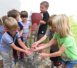 Schom im Kindergarten wird der Umgang mit Wasser spielerisch eingeübt
